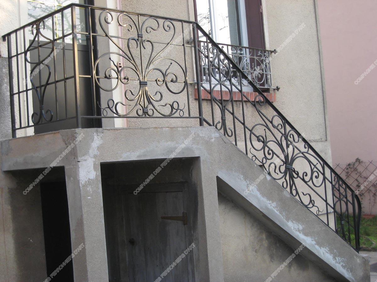 rampes d 39 escalier en fer forg classique mod le quadrillage m daillon. Black Bedroom Furniture Sets. Home Design Ideas